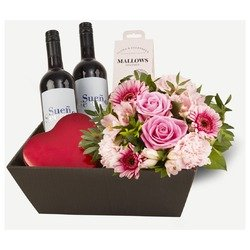 Gift basket with low bouquet and sweet