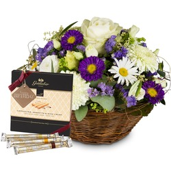 """Beautiful Summer Basket with Gottlieber Hüppen and hanging gift tag """"Happy Birthday"""""""
